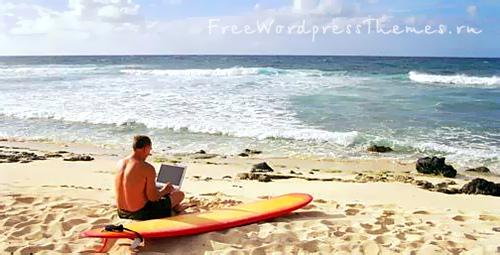 Морской пляж и блоггер с ноутбуком